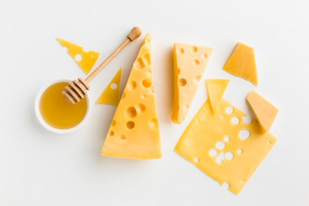 Surtido plano de queso con miel Foto gratis