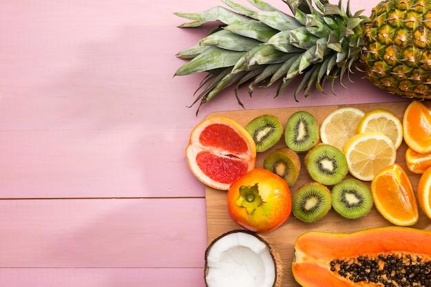Surtido de sabrosas frutas exóticas Foto gratis