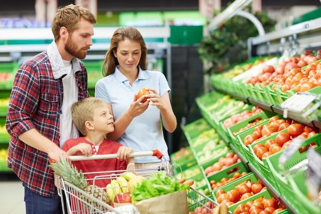 Surtido de tomates en supermercado Foto gratis