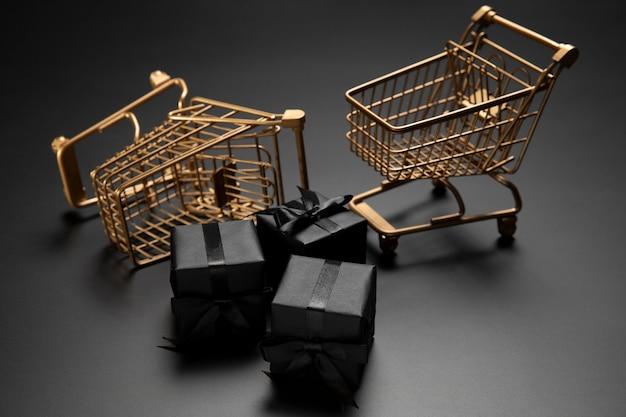 Surtido de viernes negro con carritos de compras Foto gratis
