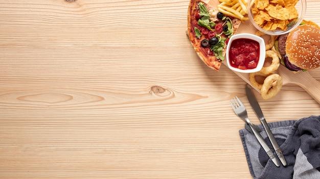 Surtido de vista superior con deliciosa comida y espacio de copia Foto gratis