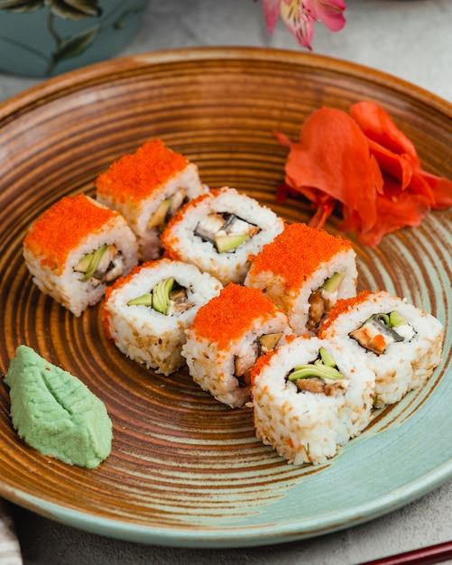 Sushi con arroz caviar rojo jengibre y wasabi Foto gratis