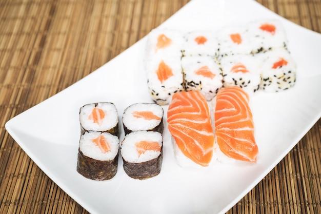Sushi, una comida típica japonesa preparada con una base de arroz y varios pescados crudos como atún, salmón, camarón y dorada. Foto Premium