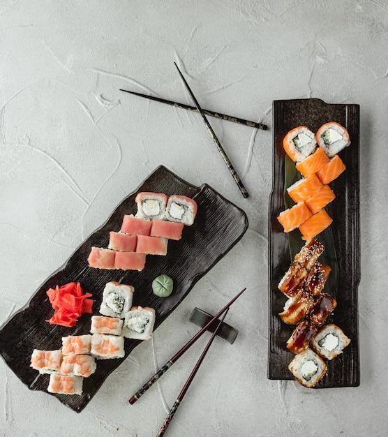 Sushi establece la vista superior sobre la mesa Foto gratis