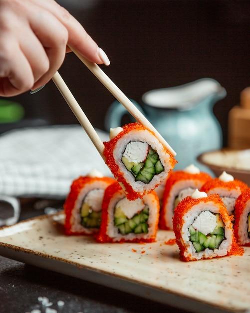 Sushi fresco con caviar rojo Foto gratis