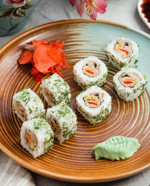 Sushi con jengibre y wasabi Foto gratis