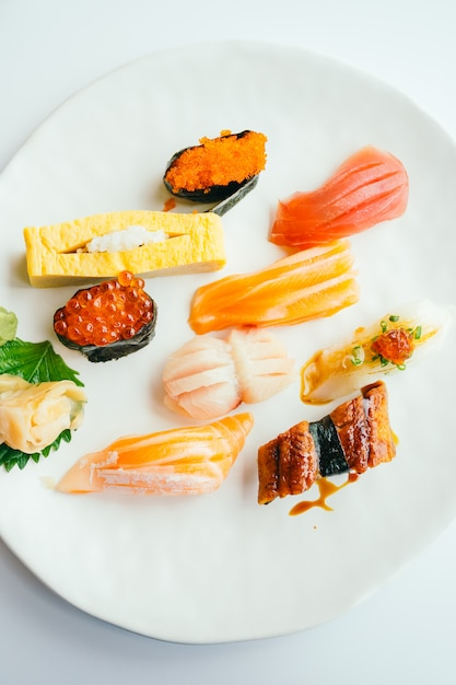 Sushi nigiri crudo y fresco en plato blanco Foto gratis
