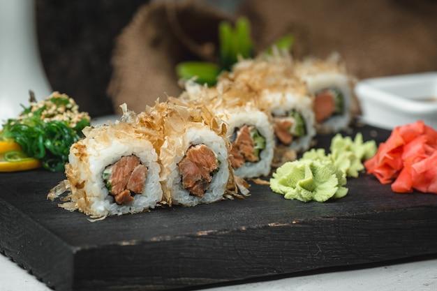 Sushi de pescado con jengibre y wasabi Foto gratis