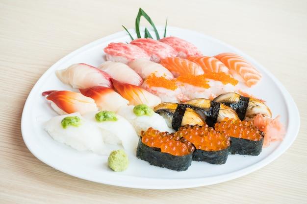 Sushi en plato blanco Foto gratis