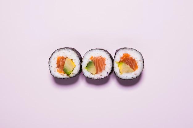 Sushi en rosa Foto gratis