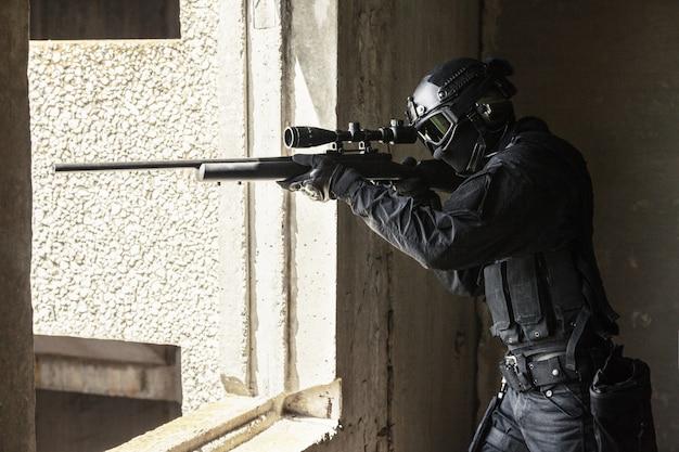 Swat policía operador con rifle de francotirador   Descargar Fotos ...