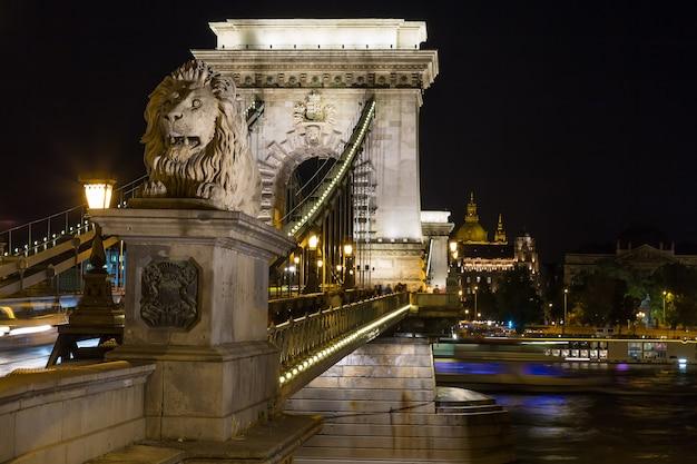 Szechenyi chain bridge en la noche en la ciudad de budapest, hungría Foto Premium