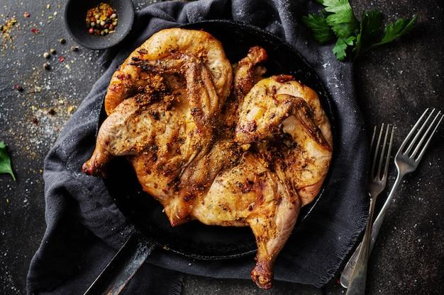 Tabaka de pollo al horno con especias Foto gratis