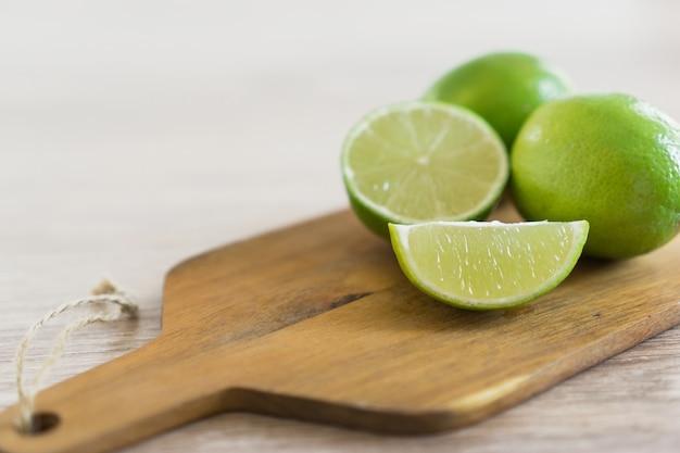 Tabla de cortar con limones Foto gratis