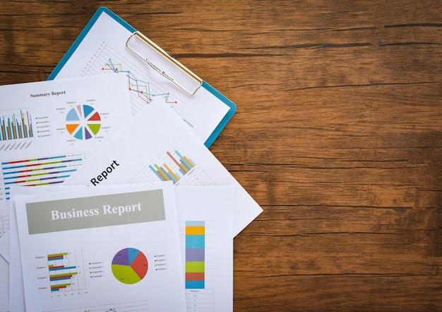 Tabla de informes de negocios que prepara gráficos informe de resumen estadísticas círculo de negocios Foto Premium
