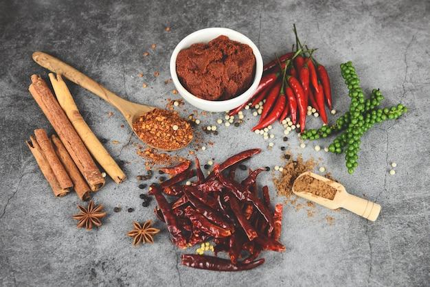 Tabla de ingredientes de vista superior de polvo de chile candente comida asiática picante en tailandia granos de pimienta pasta de curry pimienta de cayena Foto Premium