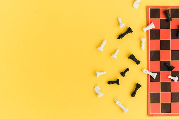 Tablero de ajedrez vista superior sobre fondo amarillo Foto gratis