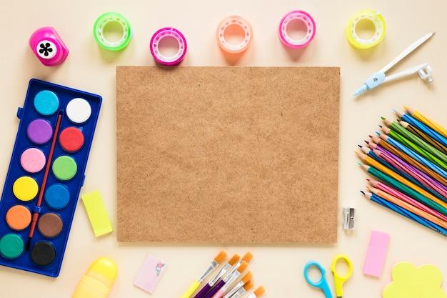 Tablero de corcho y útiles escolares coloridos Foto gratis