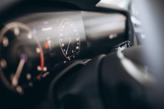 Tablero de instrumentos del coche y la rueda de cerca Foto gratis