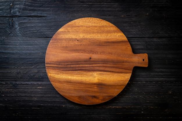 Tablero de madera de corte vacío con paño de cocina Foto Premium