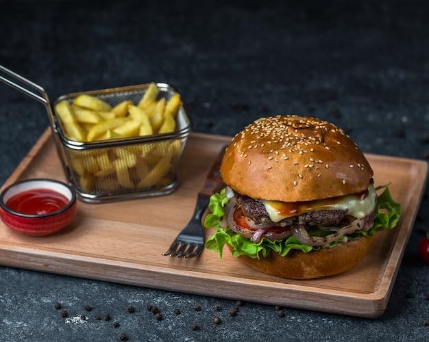 Tablero de menú de hamburguesas con cubiertos. Foto gratis
