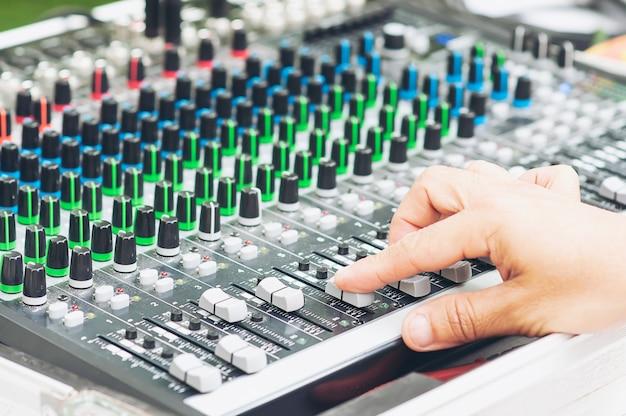 Tablero del panel de la consola del mezclador de sonido del control del hombre Foto gratis