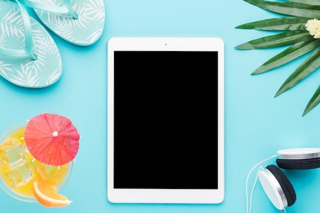 Tablet y cosas de verano sobre fondo de color Foto gratis