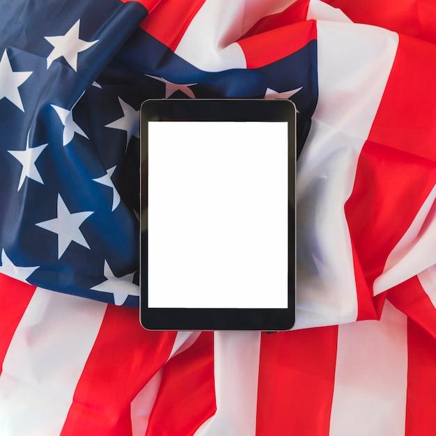 Tableta en la bandera de estados unidos Foto gratis