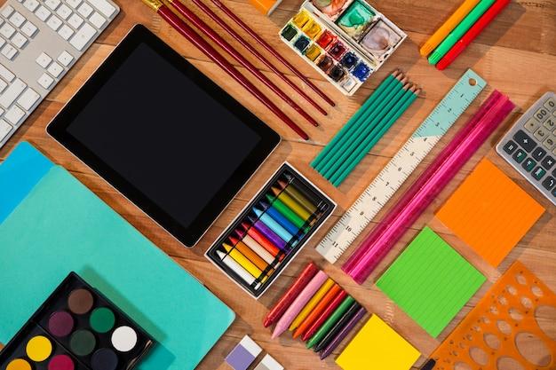 Tableta digital con diversos art culos de papeler a descargar fotos gratis - Papeleria de oficina ...