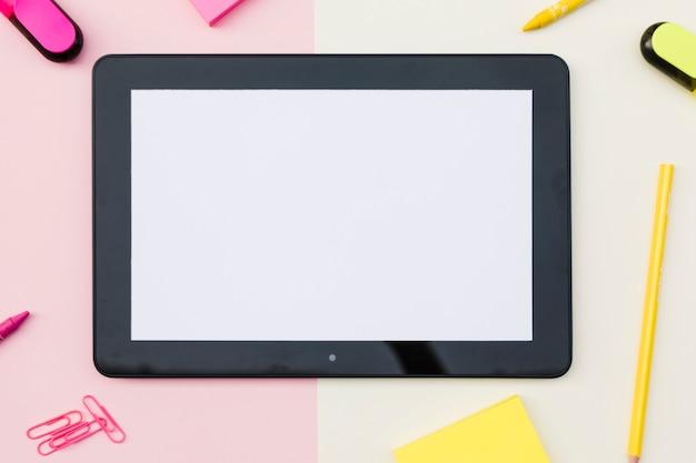 Tableta con lindos efectos de escritorio Foto gratis