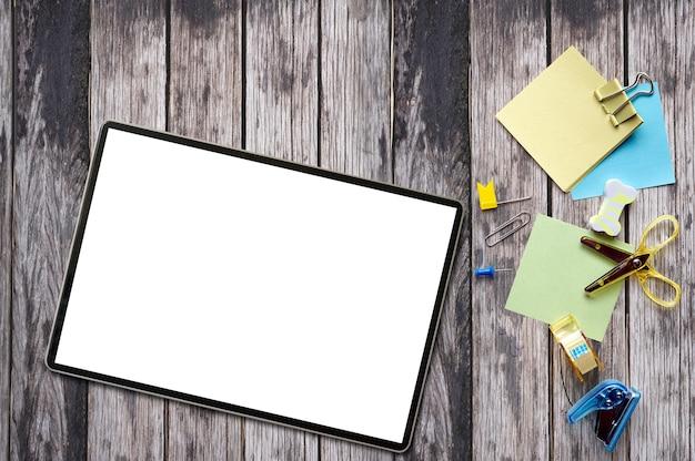 Tableta de maqueta con pantalla en blanco con suministros. Foto Premium