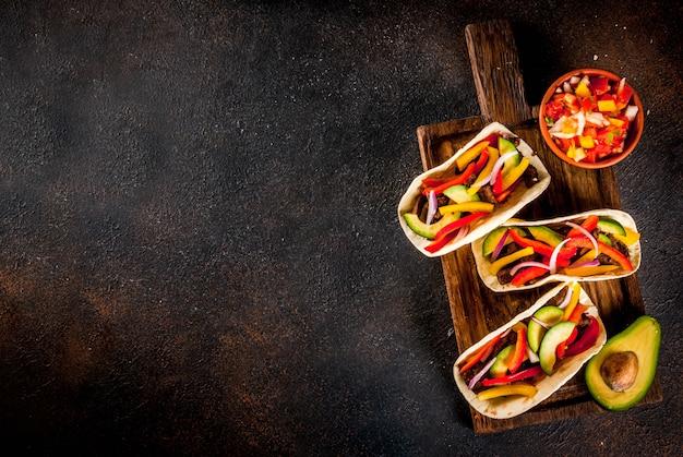 Tacos de cerdo mexicanos caseros con verduras y salsa Foto Premium