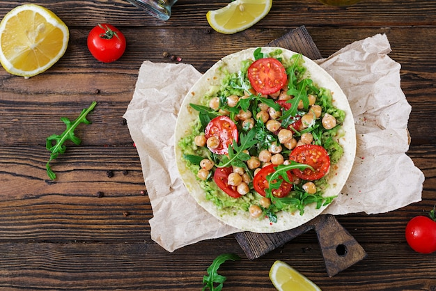 Tacos veganos con guacamole, garbanzos, tomates y rúcula. comida sana. desayuno útil endecha plana. vista superior Foto Premium