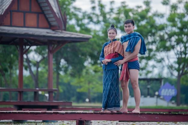 Tailandia bailarina mujer y hombre en traje nacional Foto gratis