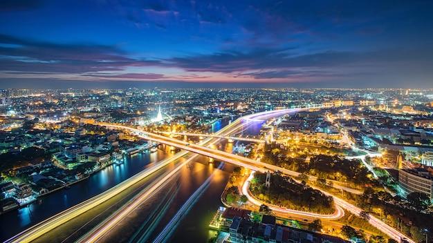 Tailandia bangkok transporte con moderno edificio de negocios a lo largo del río, el hotel y el área de residentes en la capital de tailandia Foto Premium