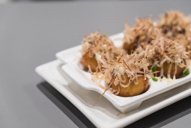 Takoyaki en el plato blanco Foto gratis