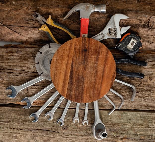 Taller, reparación. herramientas en la mesa de madera Foto gratis