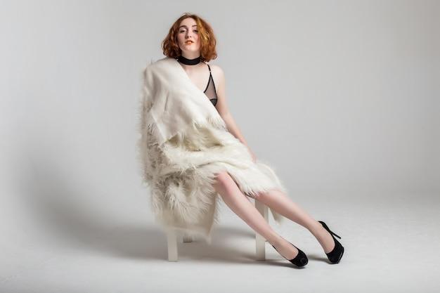 f7f375f892 Tamaño curvy más mujer de pelo rojo modelo en ropa interior y chaqueta en  el fondo blanco de estudio