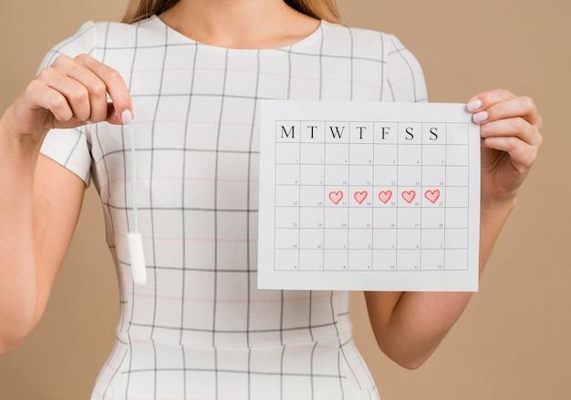 Tampón y calendario medio menstrual Foto gratis