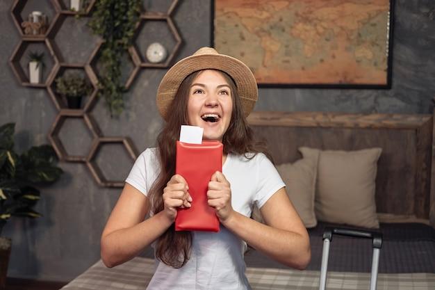 Tarifas de la casa de vacaciones, feliz mujer yuong tiene boletos de avión Foto Premium