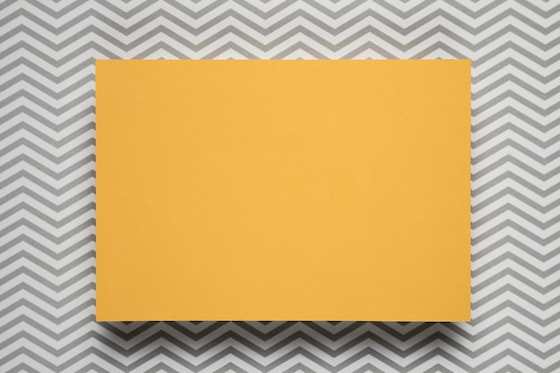 Tarjeta amarilla con fondo estampado Foto gratis