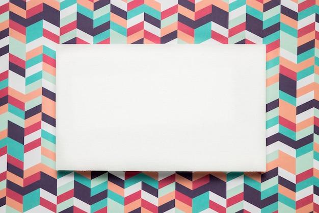 Tarjeta en blanco sobre fondo colorido Foto gratis