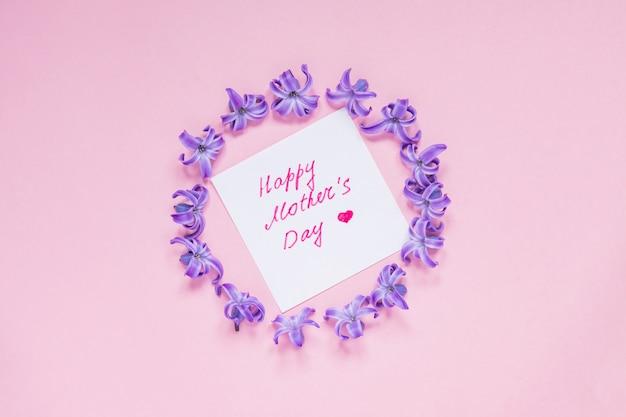 Tarjeta de felicitación del día de las madres felices con marco redondo de flores de jacinto morado pastel Foto Premium