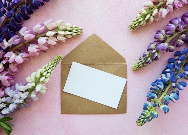Tarjeta de felicitación de maqueta con flores de lupino Foto Premium