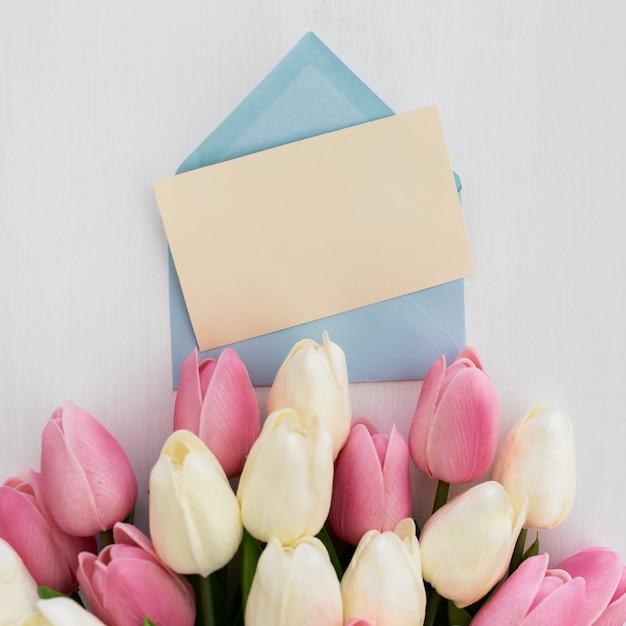 Tarjeta de felicitación con ramo de tulipanes Foto gratis