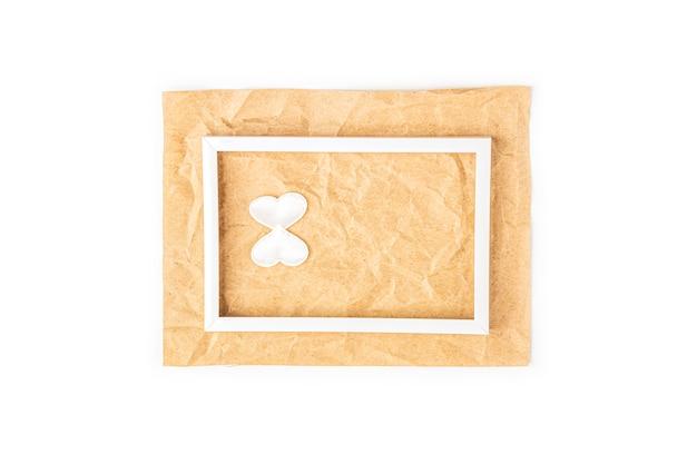 Tarjeta de felicitación romántica del día internacional de la mujer con marco blanco y número 8 sobre fondo de papel artesanal. diseño de tarjeta plana, copia espacio para texto. Foto Premium
