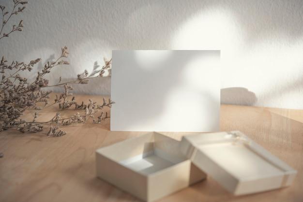 Tarjeta de felicitación de san valentín blanco en blanco con caja de regalo Foto Premium
