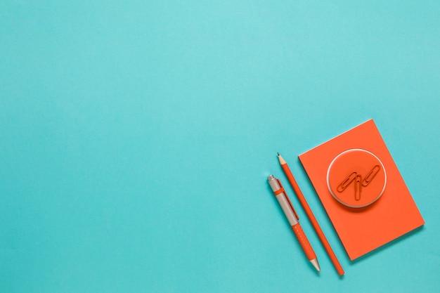 Tarjeta de felicitación con suministros de oficina sobre fondo azul Foto gratis