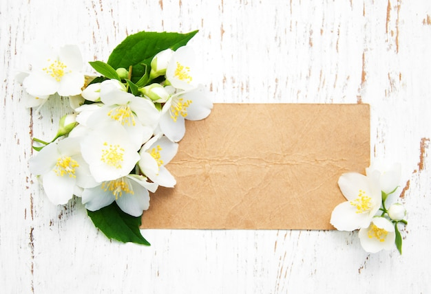 Tarjeta con flores de jazmín. Foto Premium