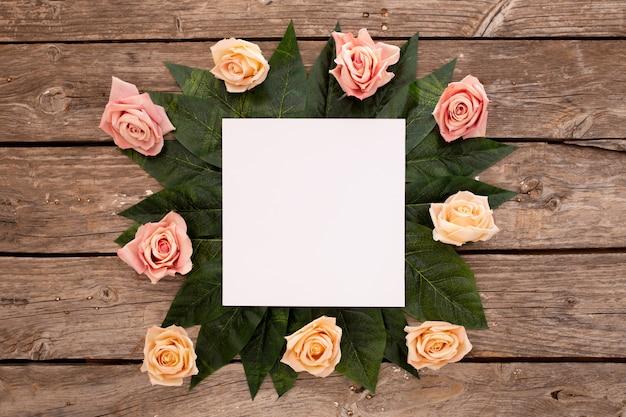 Tarjeta de invitación de boda con rosas en madera marrón antiguo. Foto gratis